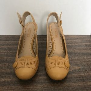 Kenneth Cole Reaction Mustard Yellow Wedges 6M
